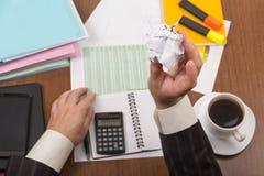 Kop koffie, omslagen met documenten en rapporten over het bureau Stock Afbeelding