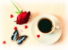 Kop koffie, vlinder en rozen voor de Dag van Valentine Royalty-vrije Stock Fotografie