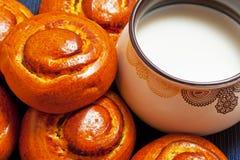 Kop melk en verse broodjes Stock Foto