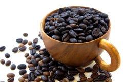 Kop met geïsoleerde koffiebonen Stock Afbeeldingen
