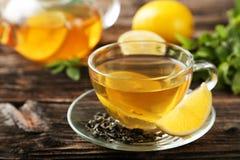Kop met groene thee en theepot op bruine houten achtergrond royalty-vrije stock foto's