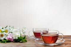 Kop met groene thee en verse kruiden Stock Afbeeldingen