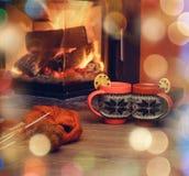 Kop met Kerstmisornament dichtbij open haard Mok in rood gebreid m stock foto's