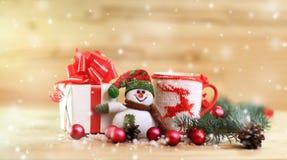 Kop met Kerstmisornament, Kerstmisgiften en een vrolijke snowm Royalty-vrije Stock Foto's
