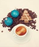 Kop met koffie, die op koffieboon kost Royalty-vrije Stock Afbeeldingen