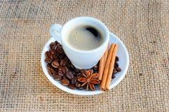 Kop met koffie op schotel Stock Fotografie