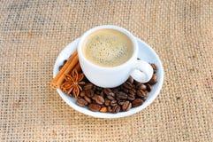 Kop met koffie op schotel Stock Afbeelding
