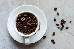Kop met koffiebonen Stock Afbeelding