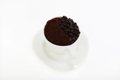 Kop met koffiebonen en grondkoffie Royalty-vrije Stock Fotografie