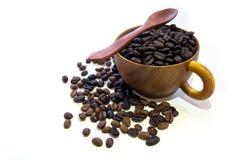 Kop met koffiebonen op witte achtergrond worden geïsoleerd die Royalty-vrije Stock Fotografie