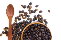 Kop met koffiebonen op witte achtergrond worden geïsoleerd die Stock Foto