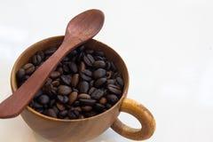 Kop met koffiebonen op witte achtergrond worden geïsoleerd die Royalty-vrije Stock Afbeelding
