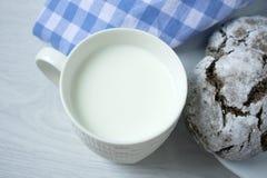Kop met melk en koekjes op de lijst stock foto's
