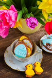 Kop met Pasen-koekjes stock afbeelding