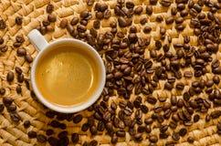 Kop met vers gebrouwen espresso en koffiebonen op een dienblad Stock Afbeelding