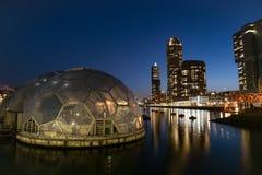 Kop skåpbil Zuid, horisonten av Rotterdam på den blåa timmen royaltyfri fotografi