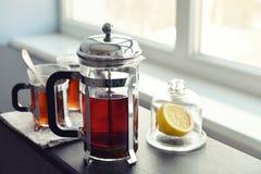 Kop theeën met Franse pers stock afbeelding