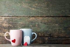 Kop theeën met harten en theezakje stock foto