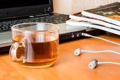 Kop thee dichtbij laptop, onderbreking tijdens workШ stock foto
