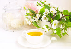 Kop thee en appelbloemen stock foto's