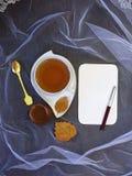 Kop thee en blad van document Royalty-vrije Stock Fotografie