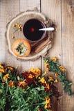 Kop thee en dadelpruim Royalty-vrije Stock Fotografie