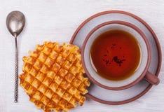 Kop thee en een achtergrond van de wafeltje hoogste mening royalty-vrije stock foto's