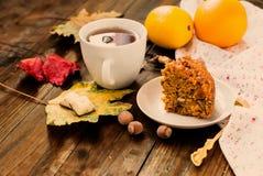 Kop thee en een stuk van wortelcake Stock Foto's