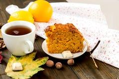 Kop thee en een stuk van wortelcake Stock Afbeeldingen