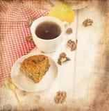 Kop thee en een stuk van wortelcake Stock Afbeelding