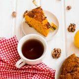 Kop thee en een stuk van wortelcake Royalty-vrije Stock Foto's