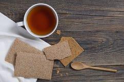 Kop thee en kernachtig brood voor ontbijt stock foto