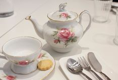 Kop thee en koekje met traditioneel theestel royalty-vrije stock afbeelding