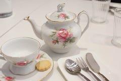 Kop thee en koekje met traditioneel theestel royalty-vrije stock foto's