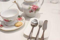 Kop thee en koekje met traditioneel theestel stock afbeelding