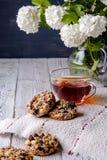 Kop thee en koekjes van noten en rozijnen wordt gemaakt die Royalty-vrije Stock Foto