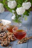 Kop thee en koekjes van noten en rozijnen wordt gemaakt die Royalty-vrije Stock Afbeeldingen