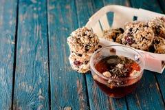 Kop thee en koekjes van noten en rozijnen wordt gemaakt die Royalty-vrije Stock Foto's