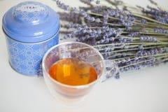 Kop thee en lavendelbloemen op een witte achtergrond Royalty-vrije Stock Fotografie