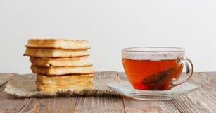 Kop thee en stapel wafels Stock Afbeeldingen