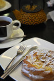 Kop thee en theepot en cake op een zwarte achtergrond Royalty-vrije Stock Fotografie