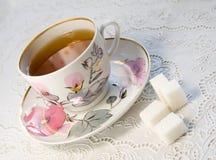Kop thee en witte stuksuiker Stock Foto