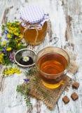 Kop thee, honing en bloemen Royalty-vrije Stock Fotografie