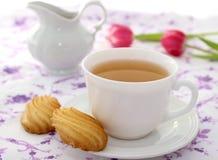 Kop thee, koekjes en tulpen royalty-vrije stock fotografie