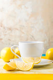 Kop thee/koffie & citroenen Stock Afbeeldingen