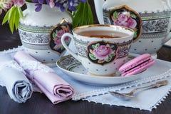 Kop thee met boeken en bloemen op houten achtergrond royalty-vrije stock foto