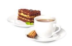 Kop thee met chocoladecake stock afbeelding