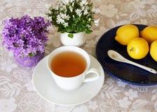 Kop thee met citroen, gezonde drank voor middagonderbreking Moderne levensstijl in verfraaid huis stock foto's