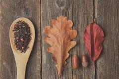 Kop thee met de herfstbladeren op houten achtergrond royalty-vrije stock foto's