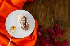 Kop thee met de herfstbladeren van wilde druiven Stock Foto's